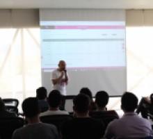 Jorge Barrera del INAI impartiendo taller a jóvenes participantes del Hackathon.