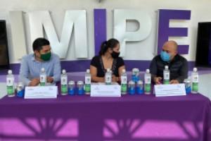 Recibe IMIPE donación de agua y alcohol gel